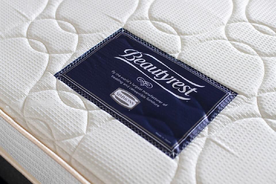 全室シモンズ社製のベッドを導入